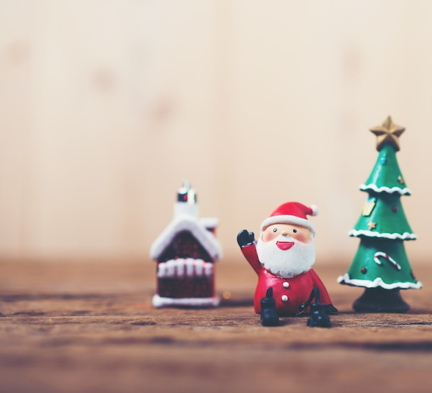 Claus-zeichen weihnachts neben einem weihnachtsbaum