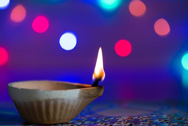 Clay diya-lampen beleuchteten während dipavali, hinduistisches festival der lichterfeier