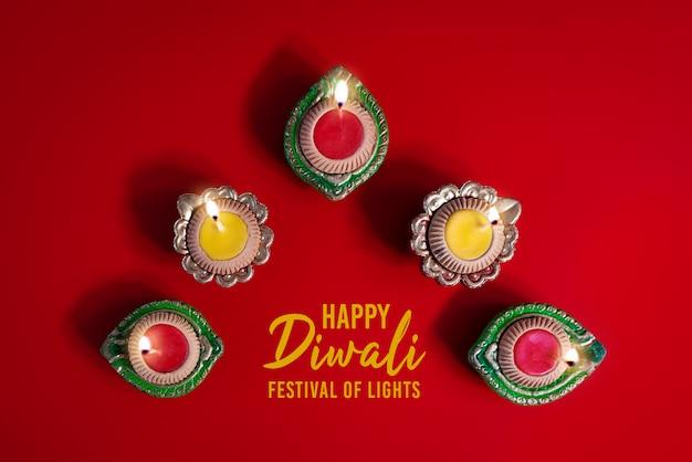 Clay diya-lampen beleuchteten während dipavali, hinduistisches festival der lichtfeier.