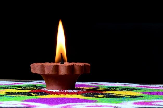 Clay diya lampen, die während der feier des indian hindu light festivals namens diwali angezündet wurden
