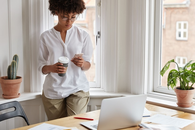 Cleverer weiblicher zeitschriftenredakteur, der zu hause arbeitet