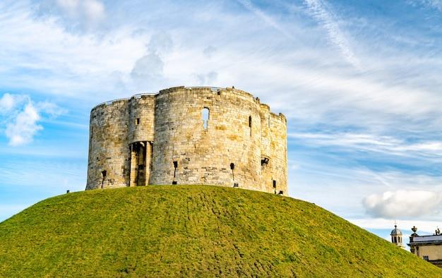 Cliffords tower von york castle in england, großbritannien