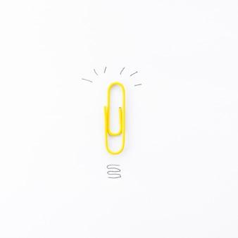 Clip mit kritzeleien auf einem bürodesktop