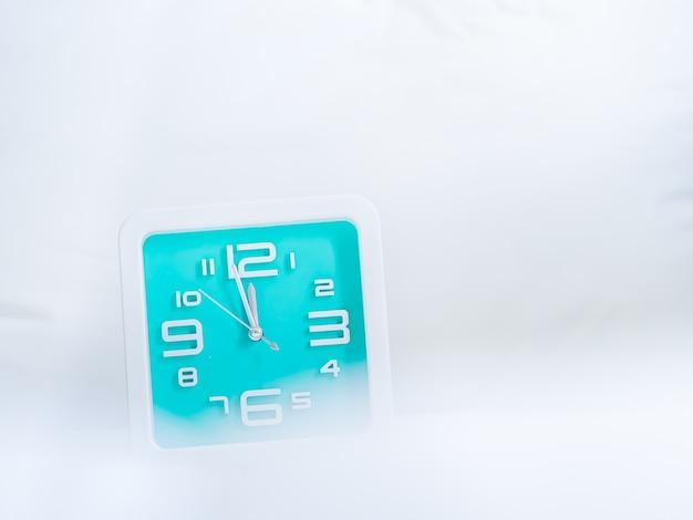 Clock und sanften stoffen hintergrund. konzepte und ideen für die countdown-zeit.