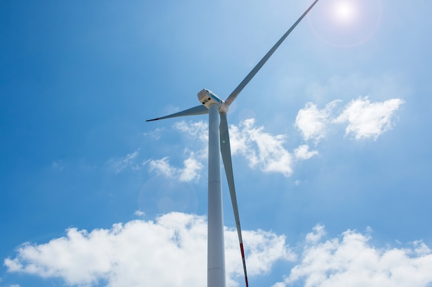 Cloes herauf windkraftanlagetürme auf hintergrund des blauen himmels