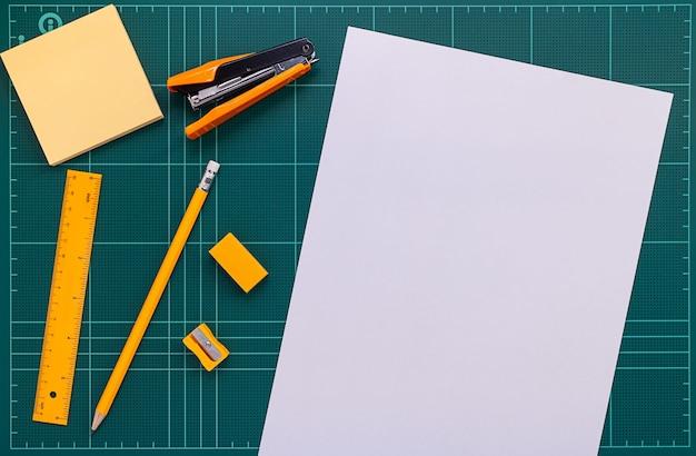 Close up bild von bürobedarf und papier auf schneidematte