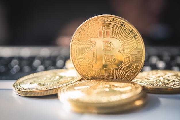 Close-up-bitcoin und sein business-class-laptop arbeiten und bringen transaktionen
