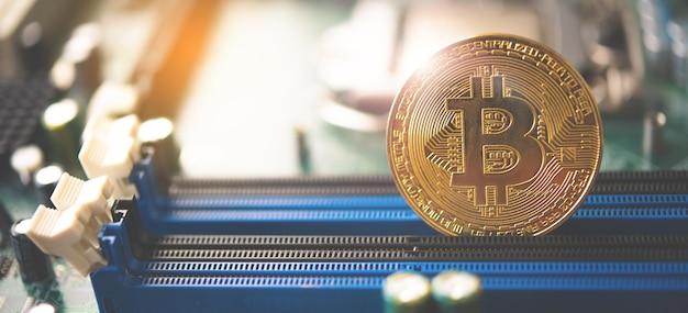 Close-up bitcoin und sein business-class-laptop funktionieren und bringen transaktionen über das netzwerk und helfen bei der heutigen geschäftsverwaltung.