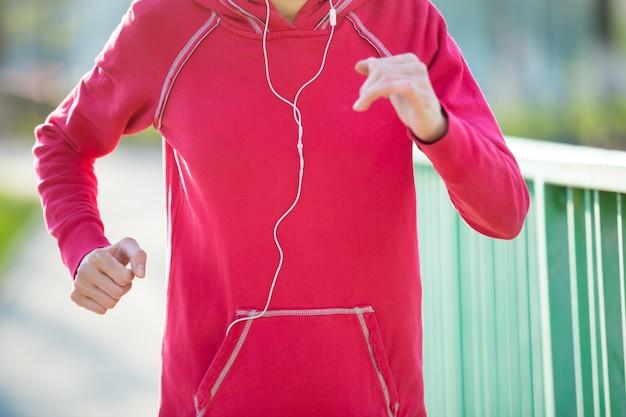 Close-up blick auf läufer frau arbeitet auf der straße