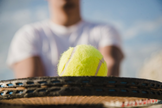 Close up blick auf schläger mit ball