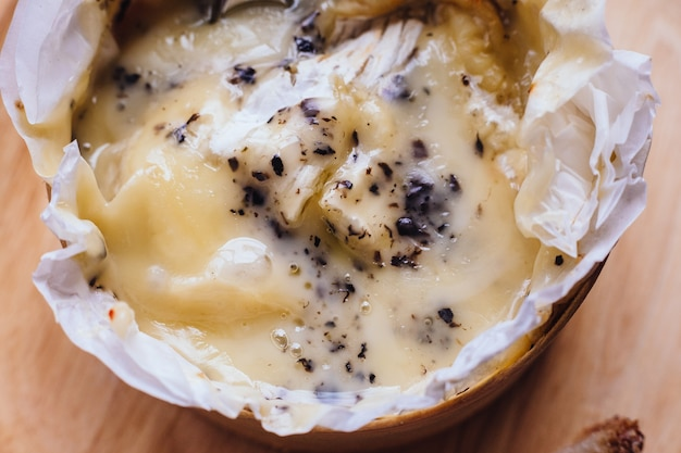 Close up brie käse auf holzbrett auf holztisch