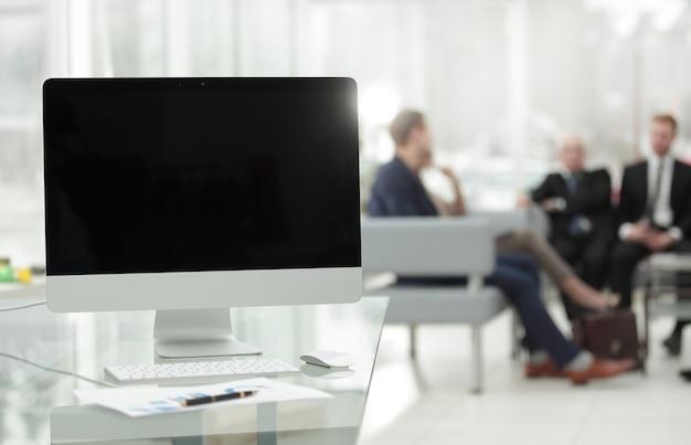 Close up.computer mit schwarzem leerem bildschirm und finanzdiagramm auf dem desktop.