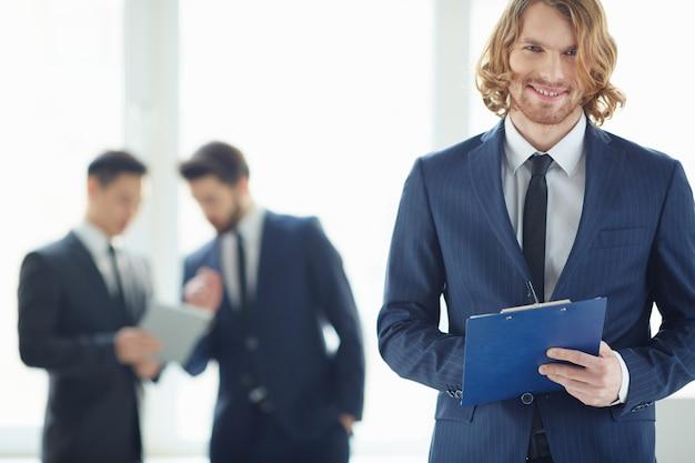 Close-up der arbeitnehmer den wirtschaftsbericht überprüfen