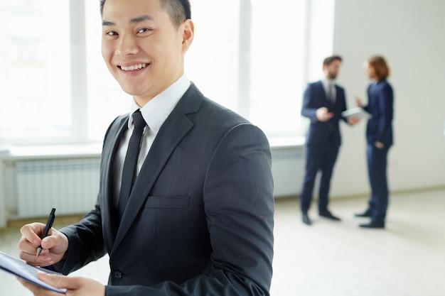Close-up der arbeitnehmer einen bericht mit einer bewertung