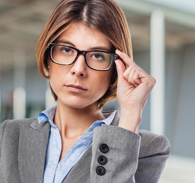 Close-up der arbeitnehmer mit schwarzen brille und kurzen haaren