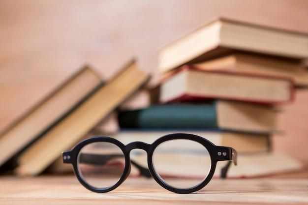 Close-up der brille auf einem tisch