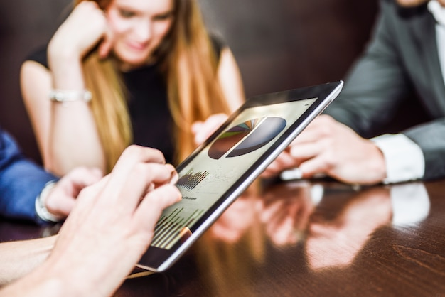 Close-up der exekutive mit einem tablet arbeiten