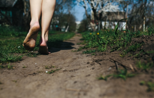 Close-up der frau die füße auf dem boden