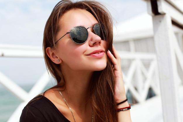 Close-up der frau einen sonnigen tag auf dem pier genießen