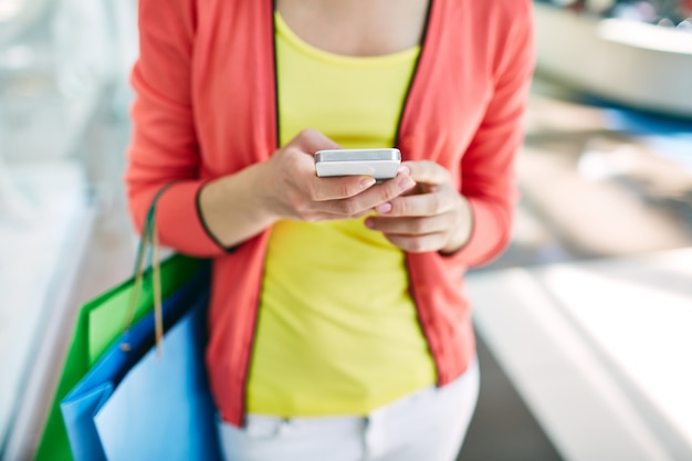 Close-up der frau mit ihrem smartphone