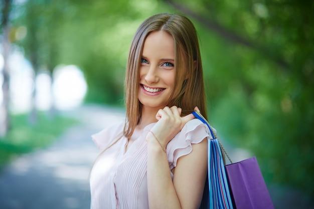 Close-up der freundlichen frau mit einkaufstüten
