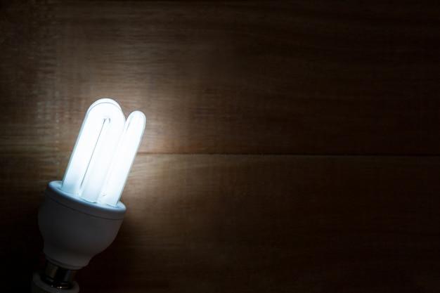 Close-up der glühbirne glühend auf einem tisch