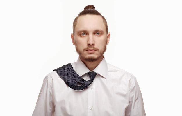 Close-up der jungen geschäftsmann mit seiner krawatte spielen