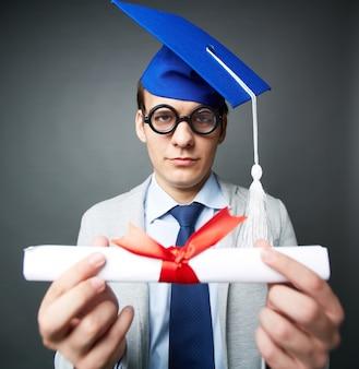 Close-up der jungen jungen mit diplom