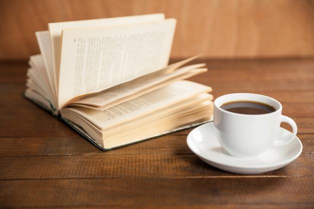Close-up der kaffeetasse und buch
