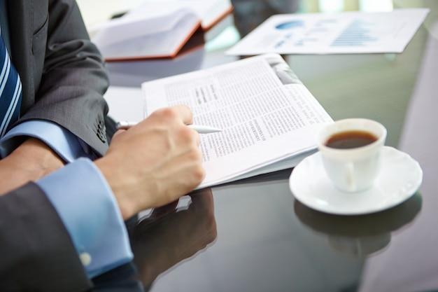 Close-up der männlichen executive lesen von nachrichten