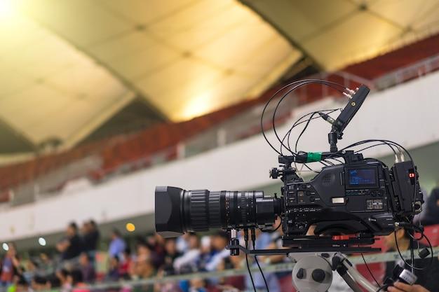 Close-up der modernen videokamera in einem fußballstadion