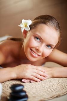 Close-up der schönen frau mit sauberem frischen haut
