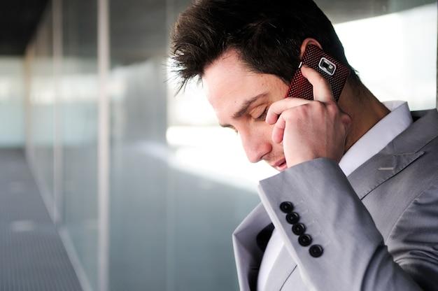 Close-up der stilvollen arbeiter am telefon sprechen