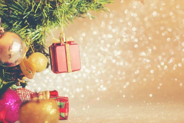 Close-up der weihnachtsbaum mit bunten dekoration