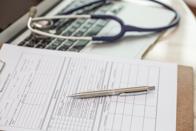 Close-up der zwischenablage mit stift und stethoskop hintergrund