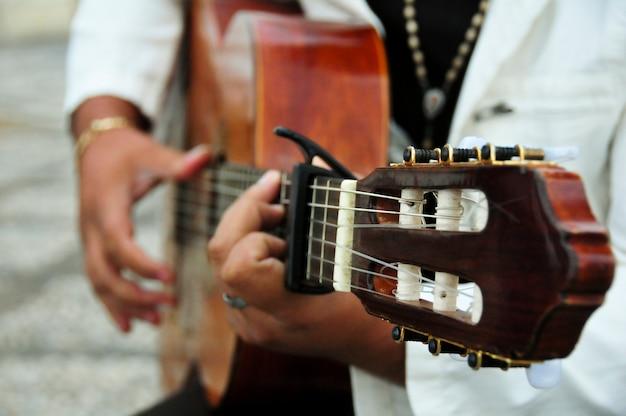 Close-up des menschen, gitarre zu spielen
