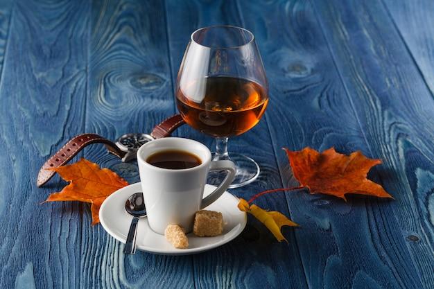 Close up ein glas cognac und kaffee