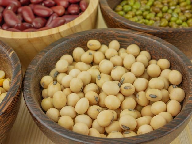 Close up eine tasse sojabohnen und verschiedene bohnen