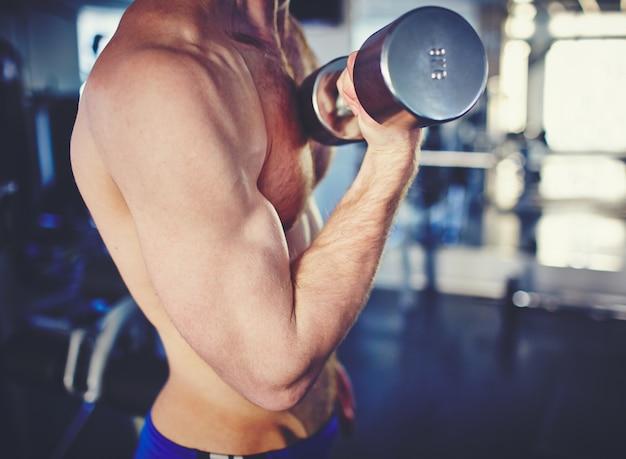 Close-up eines bodybuilders ausarbeiten