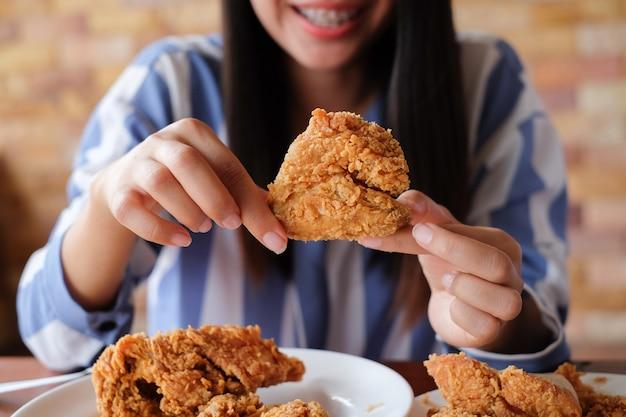 Close up fokus frau hand halten gebratenes huhn für essen