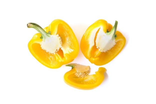 Close up gehackt und in scheiben schneiden gelbe paprika isoliert auf weißem hintergrund