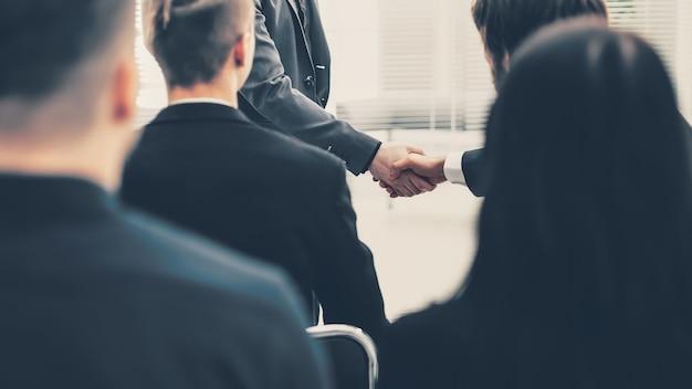 Close up.geschäftskollegen begrüßen sich gegenseitig mit einem handschlag
