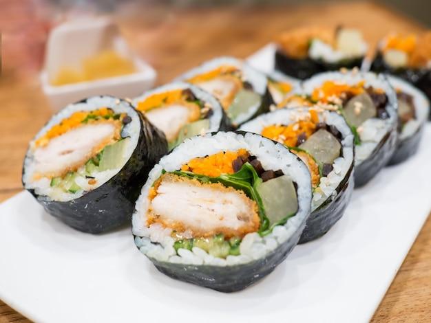 Close up gimbap (kimbap) koreanisches gericht ist in südkorea und im ausland ein beliebtes essen zum mitnehmen
