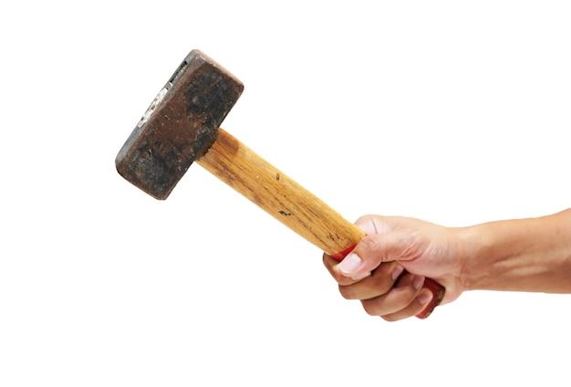 Close up hand hält einen großen hammer vor einem weißen hintergrund.