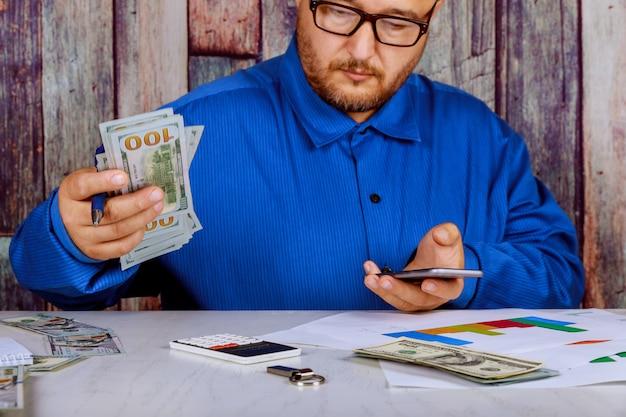 Close up hand mit bleistift auf der hand halten us-dollar