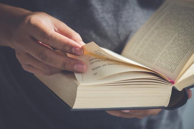 Close up hand öffnen sie die bibel, sonntagslesungen, bibel