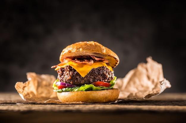 Close-up hausgemachte rindfleisch burger auf holztisch.
