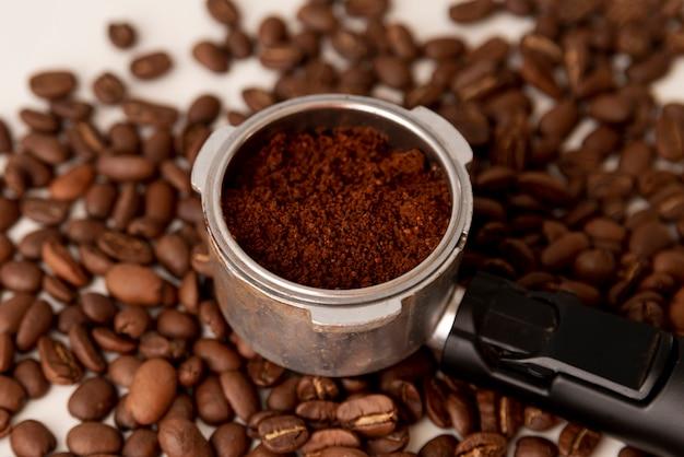 Close-up kaffeepulver und bohnen