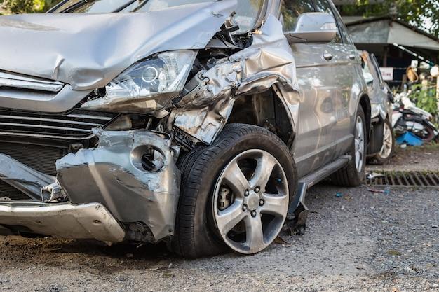 Close up körper des autos werden durch unfall beschädigt