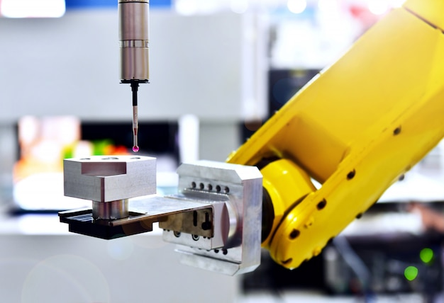 Close up koordinatenmessautomat (cmm) zur inspektion hochpräzise teil während der arbeit